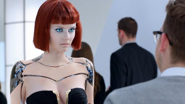 Yeni Kia Forte'yi seksi robotlar koruyor