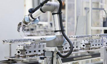 Bu fabrikada insanlarla robotlar işbirliği yapıyor