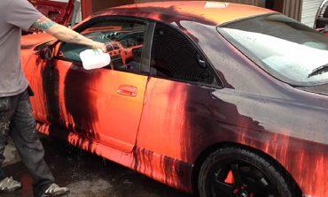 Yazın turuncu, kışın siyah renk alan Nissan Skyline R33 GTR