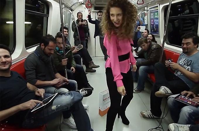 iPhone ve iPad'lerle Taksim metrosunda şov yapan Türkler