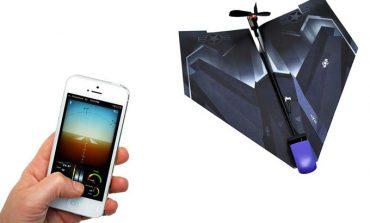 Akıllı telefonla yönetilen, motorlu kağıt uçak