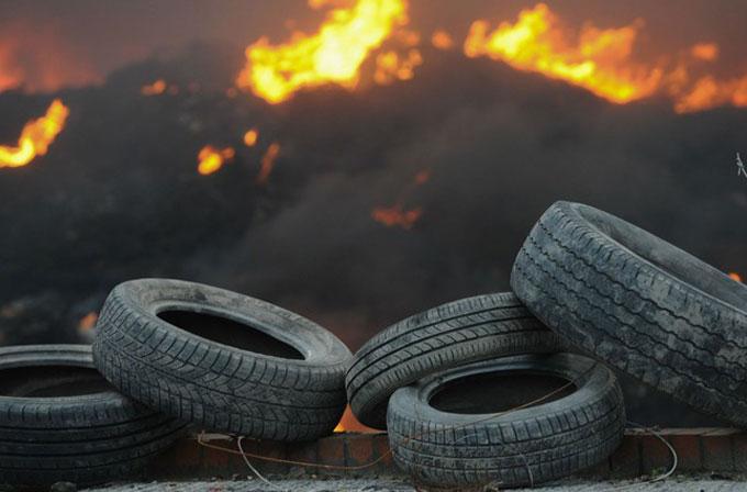 İngiltere'de yaklaşık 15.000 ton lastik yandı