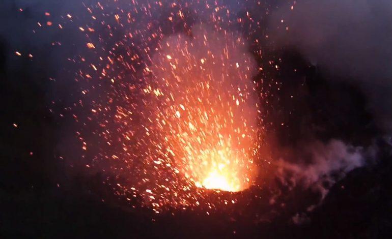 İnsansız hava aracından çekilen volkan patlamasını izleyin!