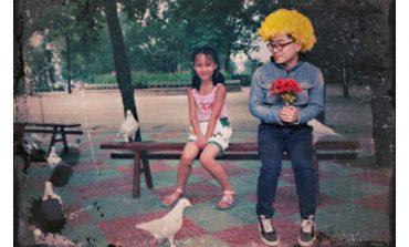 Bu garip Çinli kız arkadaşının çocukluk fotolarına kendisini fotoşopladı!