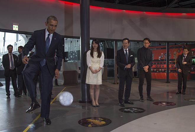 Amerikan başkanı Japon robot ile top oynadı