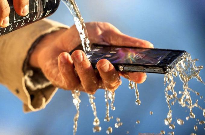 Suya dayanıklılık artık bütçe dostu telefonlarda da olacak