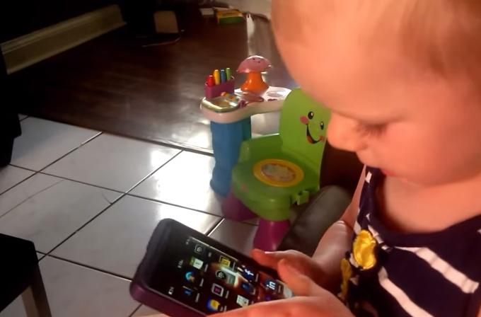 Video: BlackBerry telefonu 2 yaşındaki bir çocuk bile kullanır!
