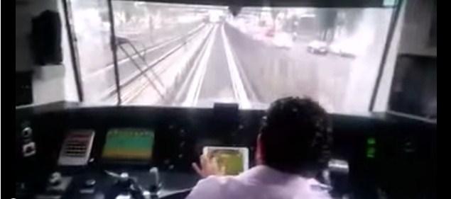 Tren kullanırken Farmville oynayan makinist