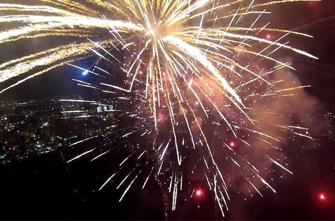 Video: Havai fişek gösterisini bir drone gözünden izleyin