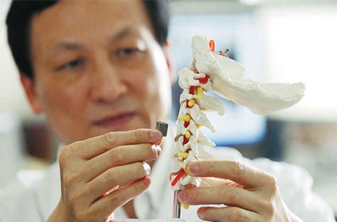 12 yaşındaki çocuğa 3D yazıcıdan çıkartılan omur nakledildi