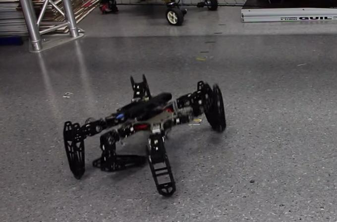 Video: Sakatlanan robot kendi kendine yürümeyi öğreniyor