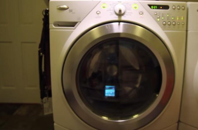 Video: Diyelim ki Samsung Galaxy S5'i yanlışlıkla çamaşır makinesinde yıkadınız…