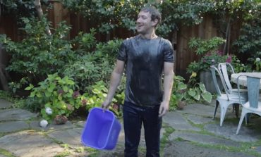 Video: Mark Zuckerberg, ALS'e savaş için bir kova buzlu suyla yıkandı