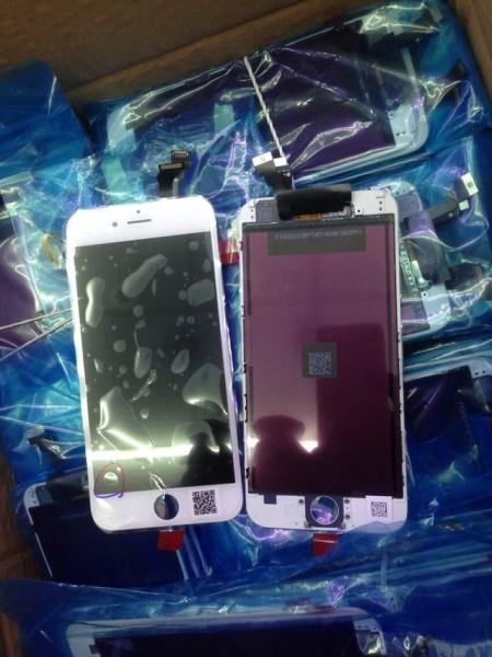 iPhone 6 4.7 inç (solda) ve 5.5 inç (sağda) ekranları yan yana