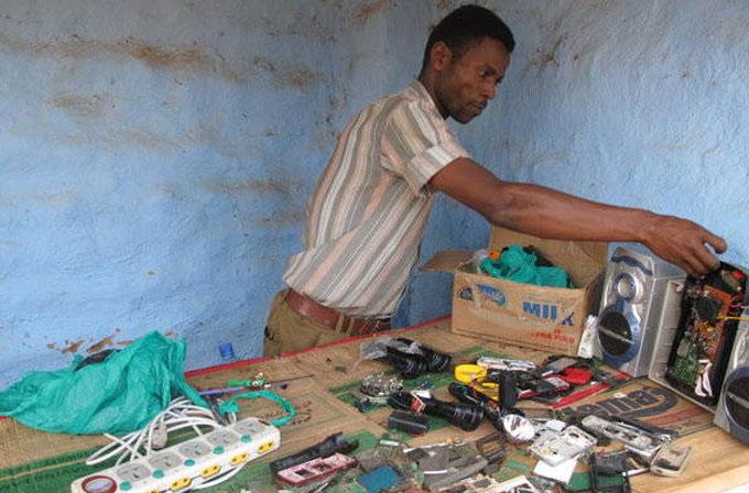 Ugandalı adam hayatını Playstation 2'sini kiraya vererek kazanıyor