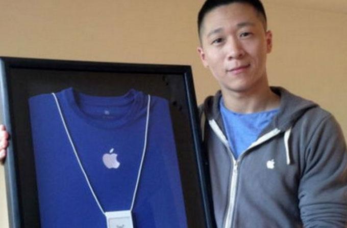 Eski Apple çalışanı Sam Sung, kartvizitini ve T-shirt'ünü satışa çıkardı