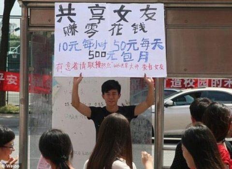Kız arkadaşının kira afişini tutan Wei Chu