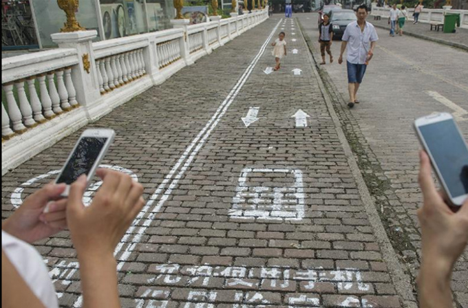 Bu şehirde elindeki telefona bakarak yürüyen için ayrı bir yol var