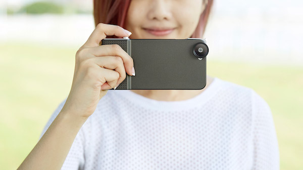 Bu kılıf iPhone 6'yı deklanşör tuşu olan bir kameraya dönüştürüyor