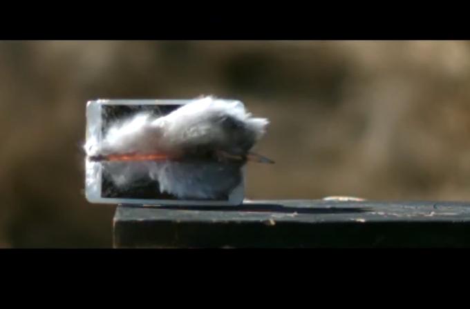 Video: iPad Mini 3'e 50 kalibrelik mermi sıktılar