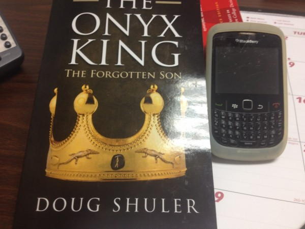 Doug Shuler'ın kitabı ve kullandığı telefon