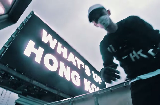 Video: Çılgın Ruslar, Hong Kong'da gökdelenin billboardunu hack'ledi