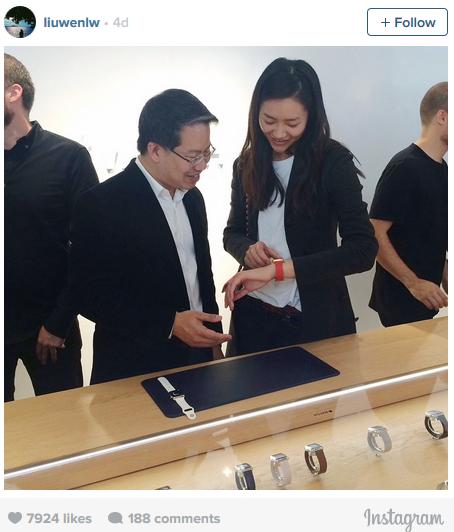 Wen, Paris'teki Colette mağazasında Apple Watch'u denerken