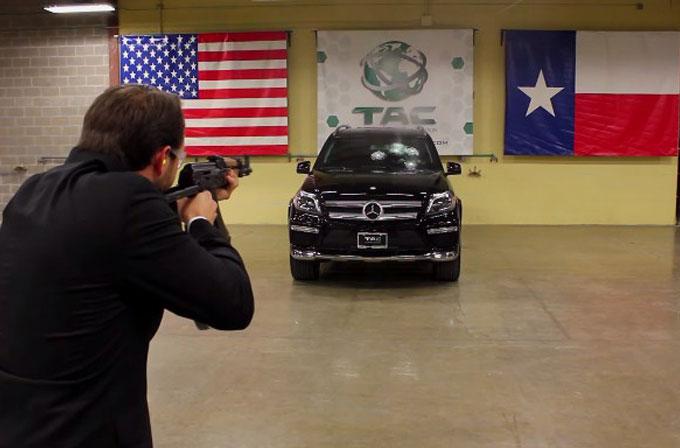 Bindiği zırhlı Mercedes'i AK-47 ile taratarak test etti