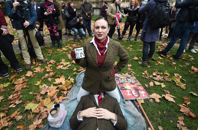 Londralı'lar yeni porno kanunu face-sitting ile protesto etti!