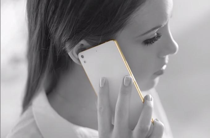 Video: Dünyanın en ince telefonuna seksi reklam