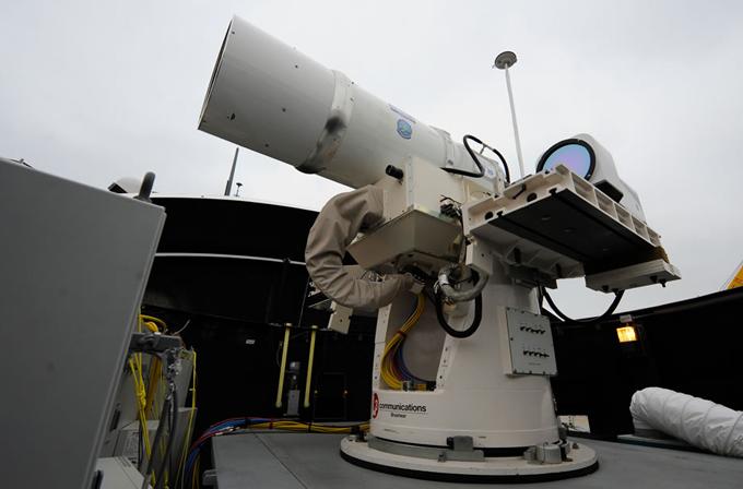 Video: Amerikan Deniz Kuvvetleri dev lazer silahını deniyor