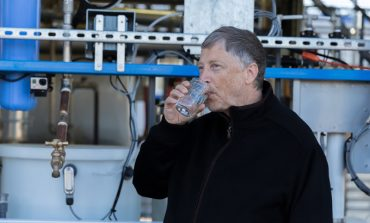 Video: Bill Gates, kanalizasyondan arıtılarak yapılan suyu içti