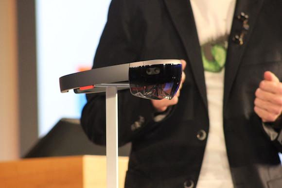 Video: Microsoft Windows 10 ile birlikte HoloLens'i de tanıttı
