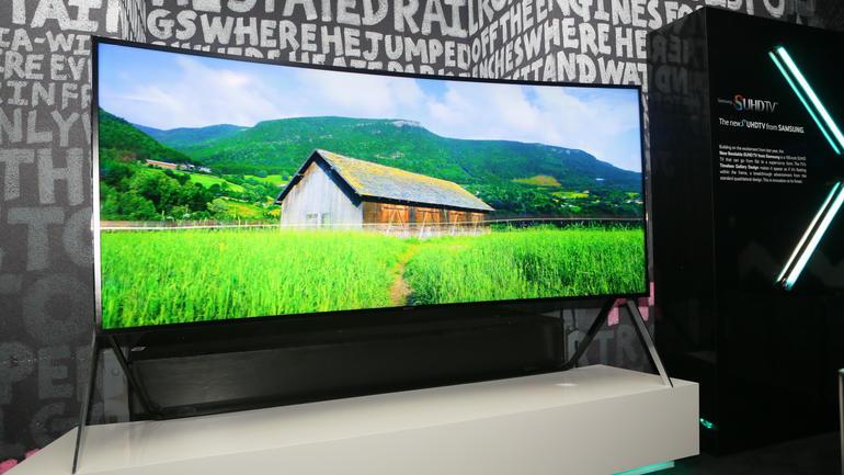 Samsung 105-inch SUHD TV ile televizyonun belini büküyor