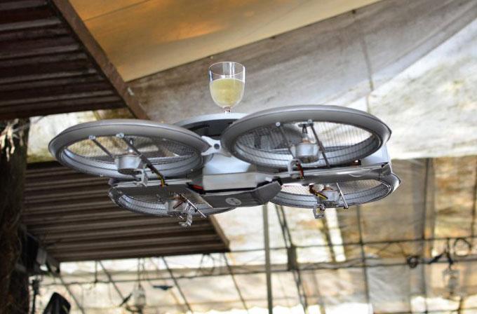 Singapur'da bir restoran garson olarak drone'ları kullandı