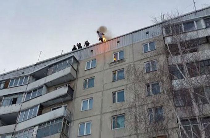 Çılgın Rus dublör, önce kendini ateşe verdi daha sonra çatıdan atladı
