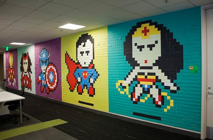 Ofis duvarında Post-it'ten süper kahramanlar