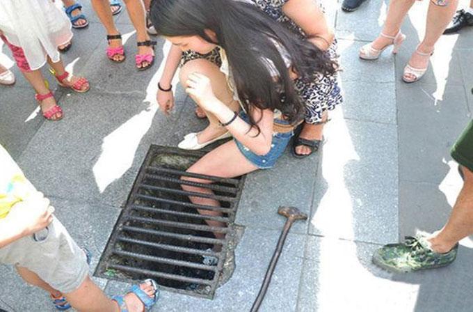 Mesajlaşarak yürüyen kız bacağını su giderine sıkıştırdı