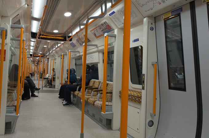 Londra treninde iPhone'nunu şarj eden adam tutuklandı