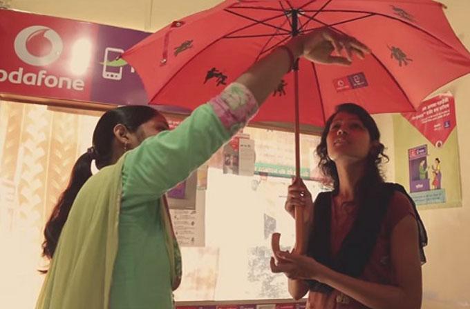 Vodafone'dan kadınların kendini koruması için özel şemsiye