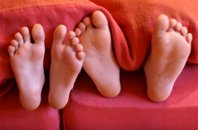 Daha hızlı uykuya dalmak için ayağınızı yorgandan dışarı çıkarın