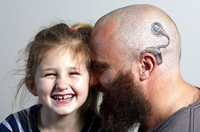 Kızı kendini farklı hissetmesin diye dövme yaptıran baba