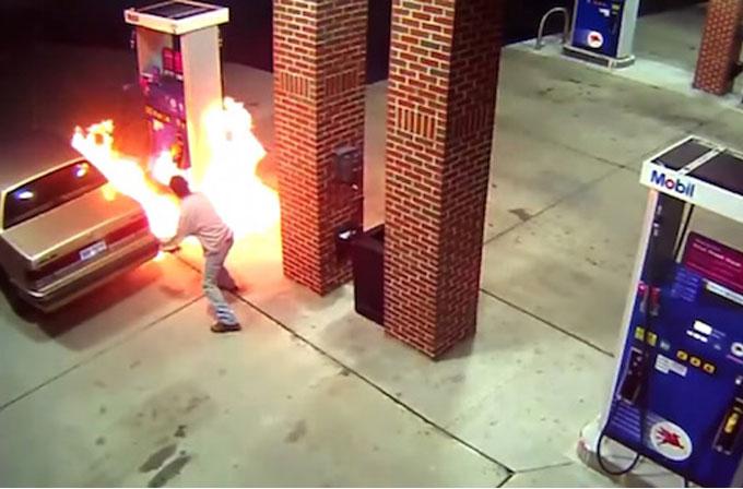 Benzin istasyonunda gördüğü örümceği çakmakla öldürmeye çalıştı