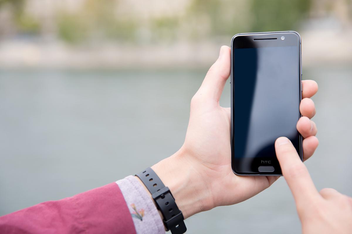 Fingerprint-sensor-is-built-in-the-home-key