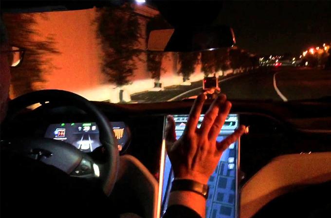 Tesla'nın otomatik pilotu Amerika dışına çıkıyor