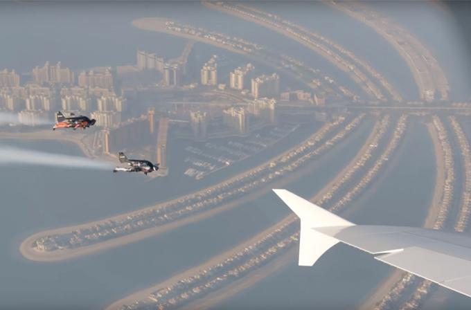 Jetpack ile A380 yolcu uçağına eşlik ettiler
