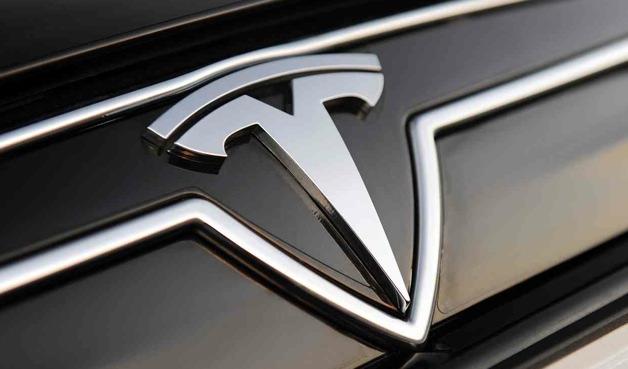 Tesla, arabaları için yaş sınırı dinlemiyor