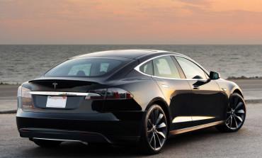 İlk Tesla Model 3, Elon Musk'a Armağan Edildi