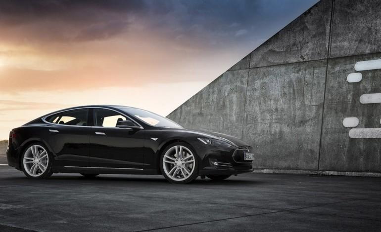 Yeni Otomatik Pilotu ile Birlikte Tesla Daha Az Kazaya Karışıyor