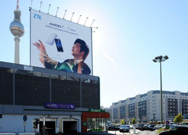1472802097_Billboard_Axon_7